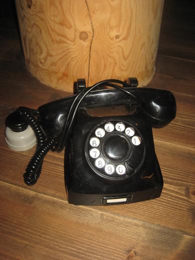 gammel telefon med dreieskive