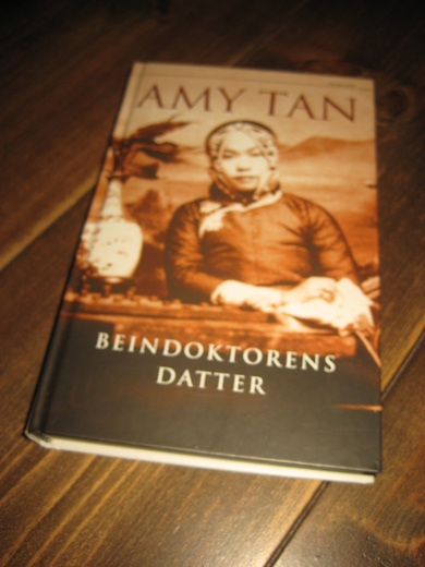 TAN, AMY: BEINDOKTORENS DATTER. 2003.