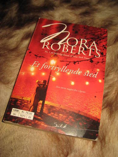 ROBERTS, NORA: ET FORTRYLLENDE STED. 2012.